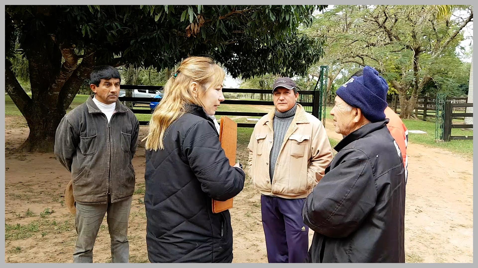RA Dr. Benny Sanabria mit den geladenen Zeugen, Nachbarn